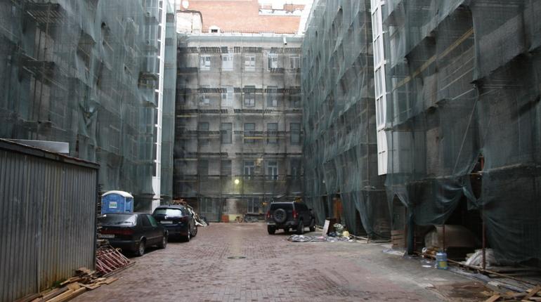 Ремонт бывших доходных домов в Петербурге - дело непростое. Работать с историческими объектами сложно, требуется много согласований и осторожная кропотливая работа с капризными старыми зданиями. Тут важно не навредить, ведь изуродовать дом можно одним неловким движением и банальным равнодушием.