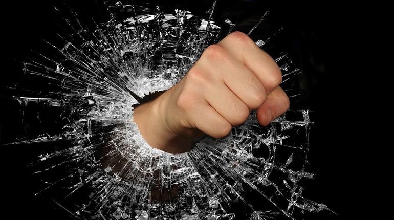 Правоохранители намерены арестовать 18-летнего петербуржца, который подозревается в убийстве.