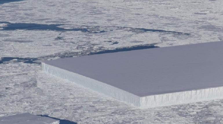 Ученые из НАСА нашли в Антарктиде айсберг правильной прямоугольной формы. Некоторым пользователям Сети гигантская ледяная глыба показалась похожей на объект внеземного происхождения.