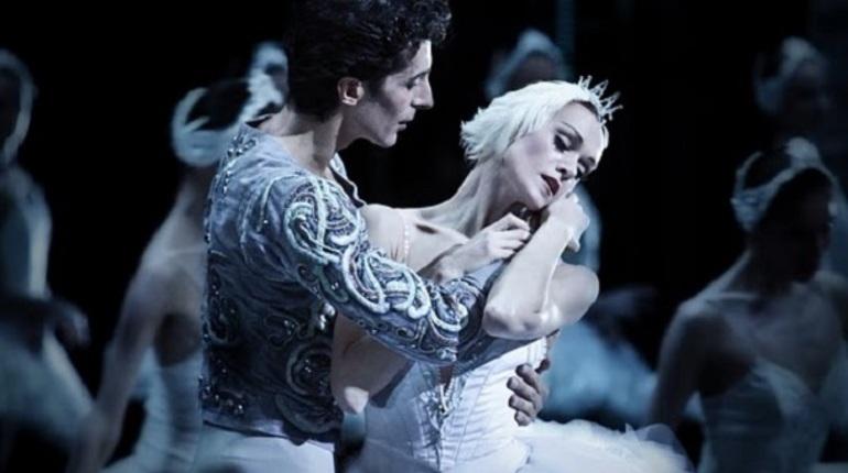 Владимир Путин поздравил с юбилеем балерину Мариинского театра в Петербурге Ульяну Лопаткину, которой 23 октября исполнилось 45 лет.