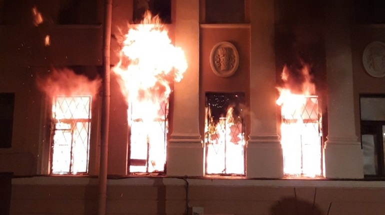 На Васильевском острове вечером 23 октября загорелся особняк Черкасского. Сейчас здание бесхозное.