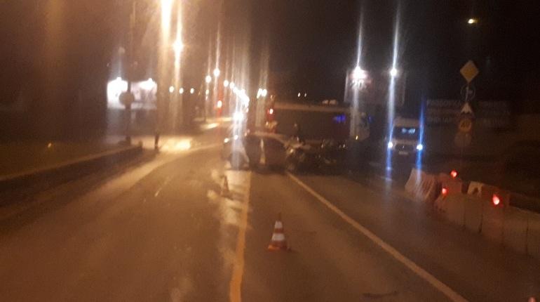 Авария в Красносельском районе Петербурга, которая унесла жизни трех человек, попала на фото. Снимки очевидцы публикуют в социальных сетях.