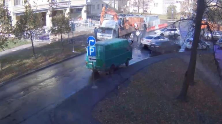 В Петербурге Государственная административно-техническая инспекция (ГАТИ) выявила нарушения  в части обеспечения безопасного прохода пешеходов на улице Косинова, где прокладывают теплосеть. Работы приостановлены.