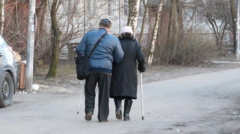 Пенсионеры Петродворцового района рискуют лишиться денег на банковских картах. Виной всему мошенники, которые устроили охоту за сбережениями пожилых людей. Заветные цифры с карт выманивают обещанием начислить перерасчет пенсии.