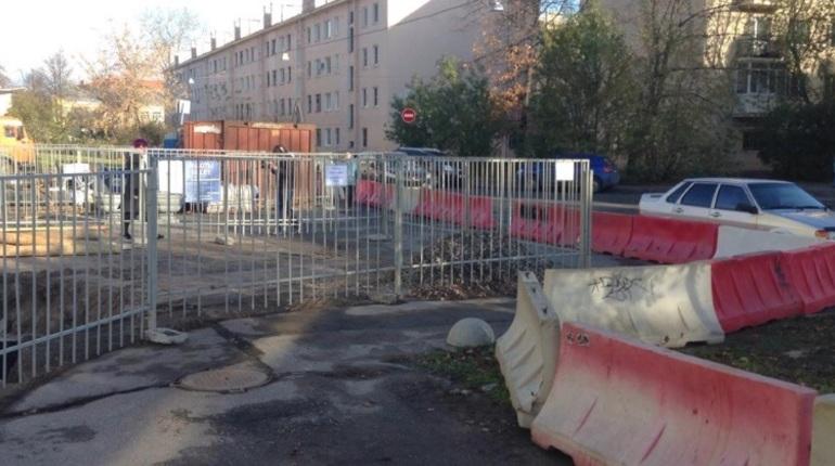 Подрядчика, который прокладывает теплосеть на улице Косинова и не обеспечил безопасный проход для пешеходов, обязали устранить нарушения. Ранее из-за них Государственная административно-техническая инспекция (ГАТИ) остановила работы на участке.