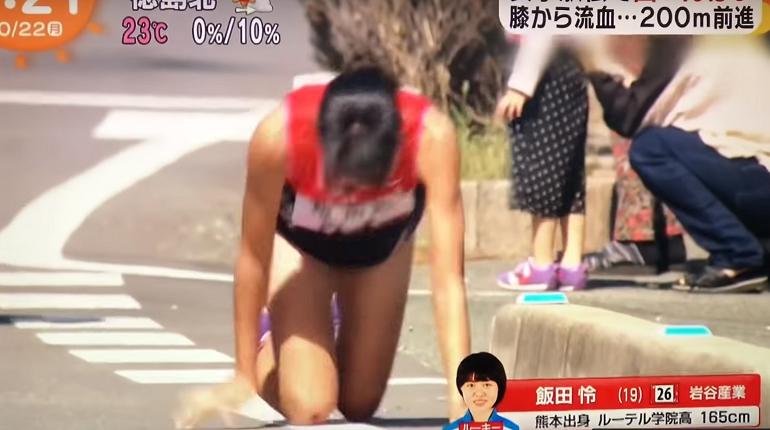 Во время забега на марафоне жительница Японии сломала ногу. Однако она не стала сходить с дистанции и доползла до финиша на четвереньках.