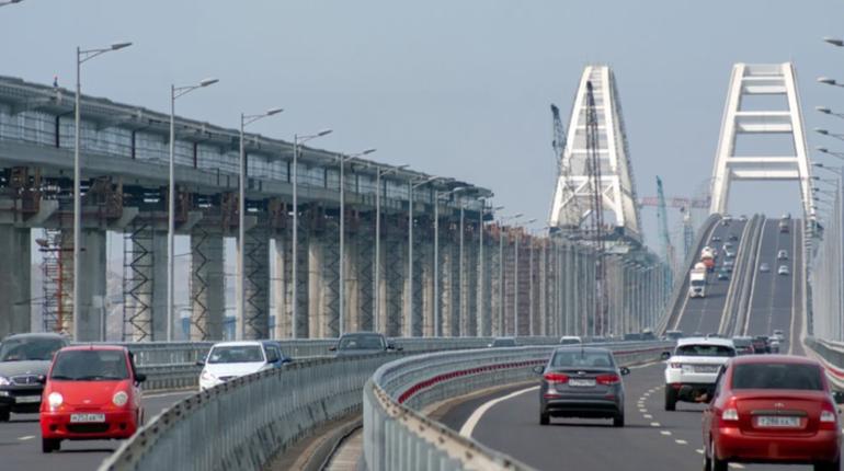 Фрагмент участка строящейся железнодорожной части Крымского моста, съехавший в воду в начале октября, вытащен на поверхность. Об этом в среду, 24 октября, сообщили в инфоцентре