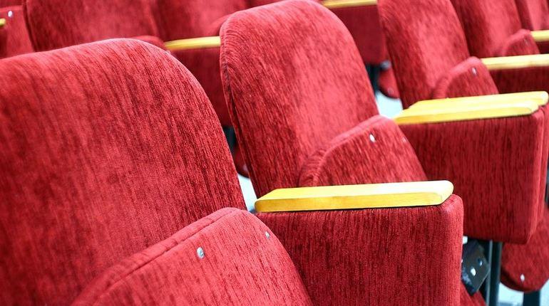 Люди с нарушениями зрения и слуха смогут просматривать фильмы в кинотеатрах
