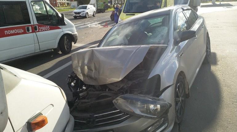 На пересечении Трамвайного проспекта и проспекта Народного Ополчения 24 октября произошла авария, в результате автомобили получили серьезные повреждения, а пешеход, которого задели в момент ДТП, серьезно пострадал. Автор поста