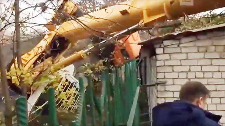 В Нижнем Новгороде строительный кран упал на пристройку детского сада и повредил крышу.