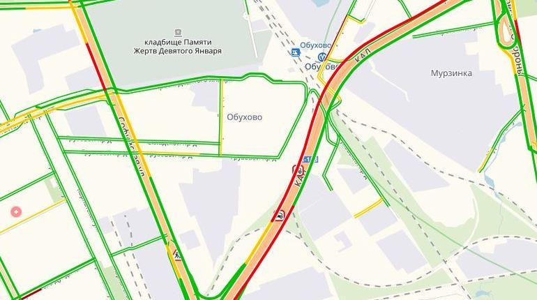 После аварии, которая произошла 24 октября рядом с поворотом на Софийскую улицу в Петербурге,на Кольцевой автомобильной дороге образовалась плотная автомобильная очередь до Новосаратовка-Центра.