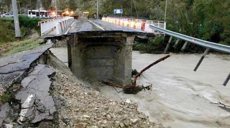 Дорожники начали ремонтировать автодорогу А-147 Джубга-Сочи в Краснодарском крае. Напомним, что после подтопления пришлось устраивать ограждающие конструкции из сборных бетонных изделий.