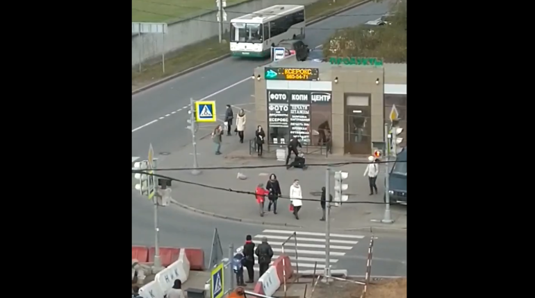 Молодой человек в неадекватном состоянии решил потанцевать на проезжей части проспекта Авиаконструкторов. Мужчина мешал проезду автотранспорта, а потом толкнул проходящего мужчину с маленьким ребенком, после чего получил несколько сокрушительных ударов.
