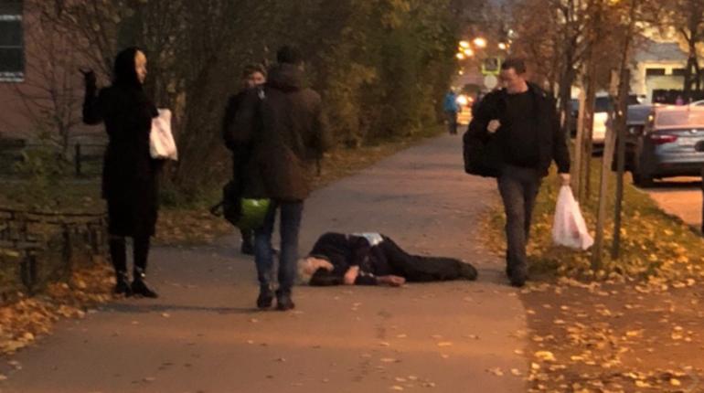 В социальной сети сообщили о том, что мужчине, которому на вид около 60-70 лет, стало плохо. Сейчас он лежит без сознание напротив дома №15 на улице Гладкова в Петербурге. Скорую помощь уже вызвали прохожие.