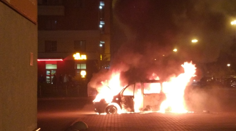 В сети активно обсуждают автомобильный пожар в Кудрово, произошедший вечером 25 октября. О причинах возгорания ничего не сообщается. Некоторые интернет-пользователи предполагают, что возгорание началось из-за проблем с проводкой.