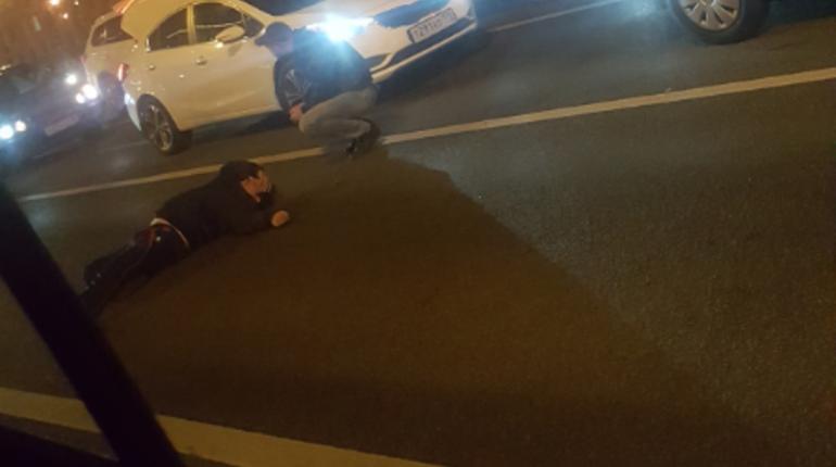 В сети пытаются понять, что именно произошло с неизвестным мужчиной, который лежит на проезжей части Московского проспекта в Петербурге. Некоторые утверждают, что его сбила машина, хотя участника ДТП и крови на месте происшествия нет.