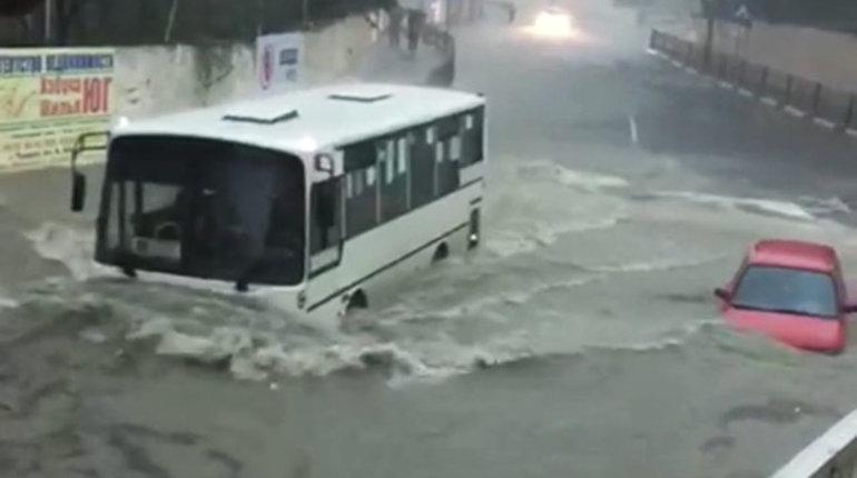 В Сочи застряли более тысячи пассажиров поездов, которые задержаны в Краснодарском крае из-за размыва железнодорожной дороги в результате сильных ливней.