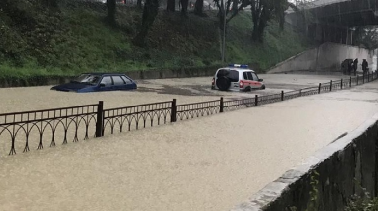 В Сочи начали восстанавливать местные дороги, разрушенные из-за дождей и селей, прошедших 25 октября. Закончить работы собираются уже 26-го.