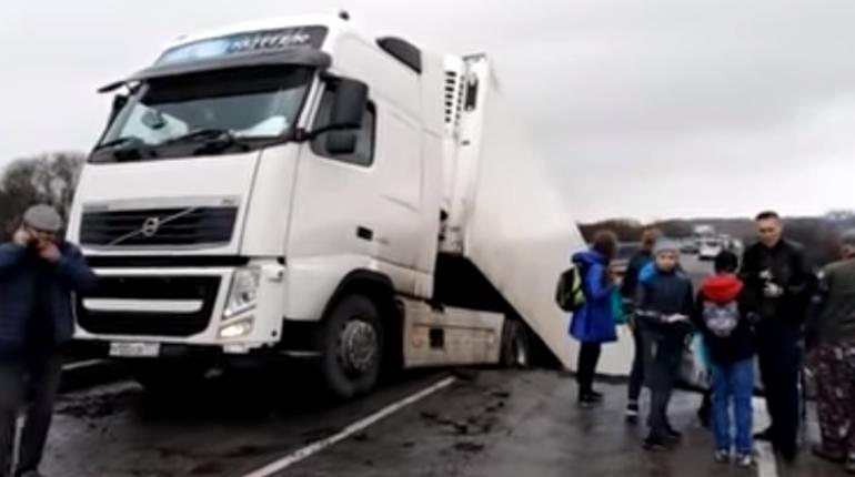 Автомобильный мост обрушился в Михайловском районе Приморья рядом с селом Осиновка, когда по переправе ехал грузовик. Погиб минимум один человек.