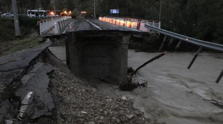 Число жертв наводнения на Кубина выросло до шести. Ранее сообщалось о двух погибших. СК завел уголовное дело о гибели первых жертв.