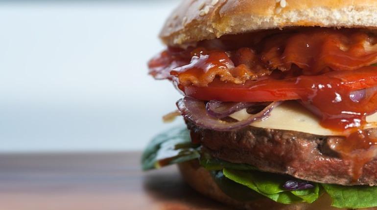 УФАС Петербурга не нашло оснований для возбуждения дела по признакам нарушения закона о рекламе из-за слогана Burger King, который оскорбил сына блокадника.