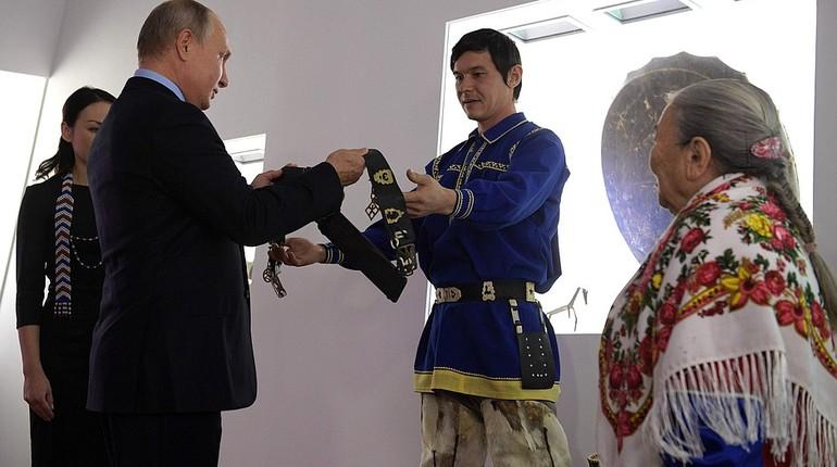 Российскому президенту Владимиру Путину в Ханты-Мансийске вручили необычный подарок - пояс оленевода, который защищают от злых духов.