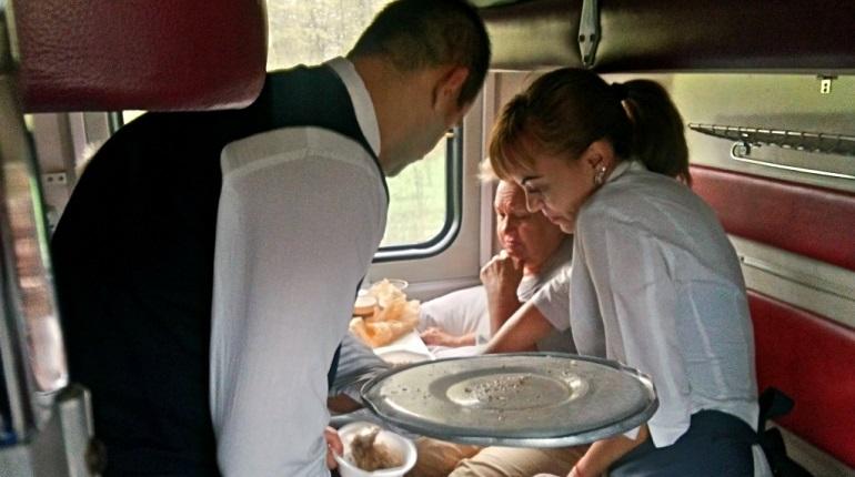Петербуржцам, которые застряли в поездах в Краснодарском крае, не стоит ждать помощи от Смольного. Их обустройством и перемещениями занимается РЖД и администрация Краснодарского края.