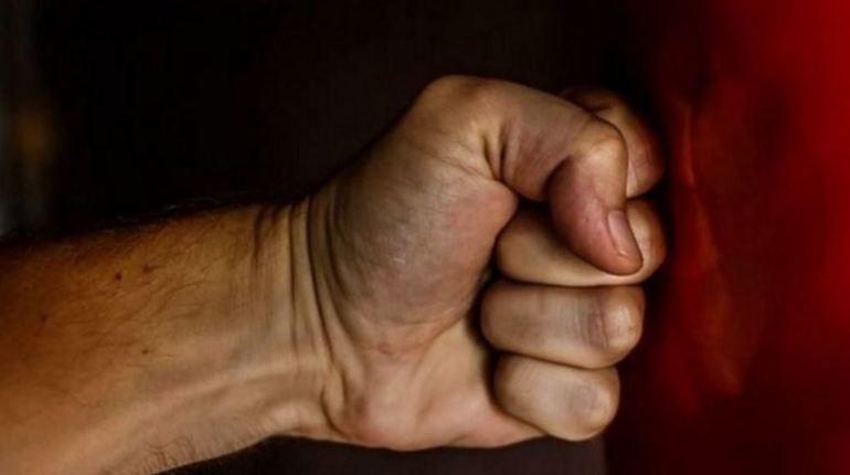 Сотрудник полиции встал на защиту животных, обратив внимания на мужчину, которого заподозрили в живодерстве. Инцидент произошел в Тосненском районе Ленобласти. 27-летний мужчина напал на участковую, когда она попросила его предъявить документы. В отношении правонарушителя возбуждено уголовное дело.