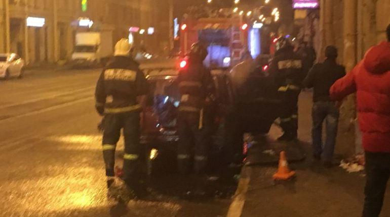В Адмиралтейском районе Петербурга произошел пожар на Петергофском проспекте у дома №54. У автомобиля