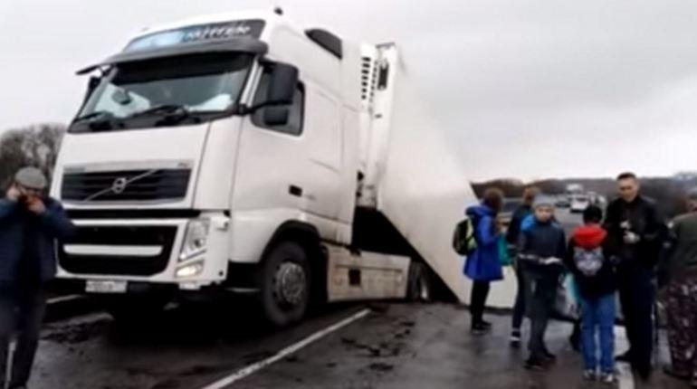 Стало известно точное число погибших после обрушения переправы в Приморье. Мост рухнул в тот момент, когда по нему проезжал грузовик. Габаритная машина придавила легковушку, в которой находились 25-летняя девушка и трехлетняя девочка.