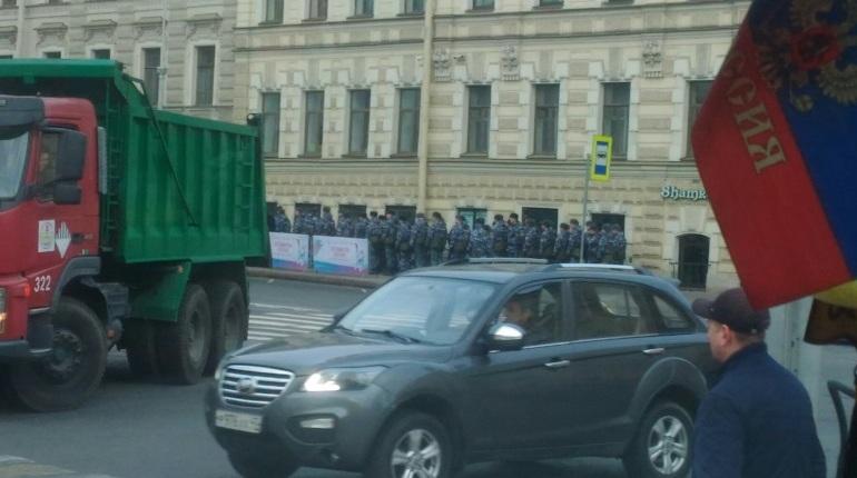 Центр Петербурга «покраснел» от пробок в субботу, 27 октября, утром. Центральные улицы в Северной столице перекрывают из-за эстафеты огня Универсиады, которая стартует в 12:00.