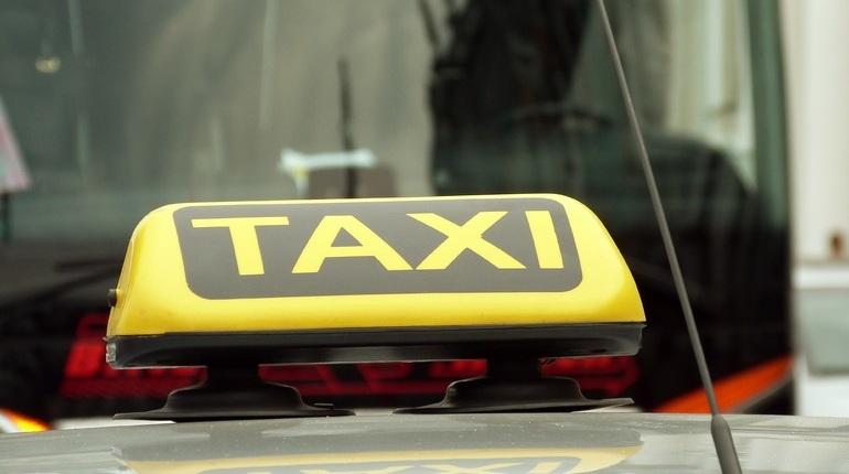 Сервис «Яндекс.Такси» рассматривает возможность проверки водительских прав через ГИБДД. Так в компании смогут оперативно узнавать, не лишен ли человек удостоверения на самом деле.