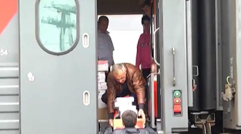 РЖД постепенно вводят в график задержанные пассажирские поезда, которые не смогли прийти в пункты назначения вовремя из-за наводнения.