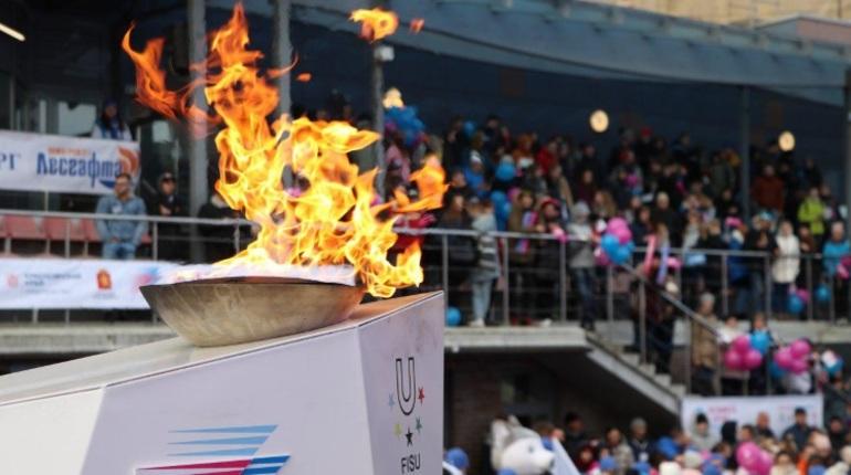 В Петербурге 40 факелоносцев пронесли по центру огонь Универсиады, которая пройдет в Красноярске в 2019 году. С факелом в руках пробежали как и знаменитые спортсмены, так и простые петербуржцы.