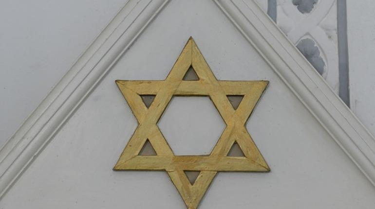 В американском городе Питтсбург по меньшей мере восемь человек погибли при стрельбе в синагоге. Стрельбу, по информации СМИ, открыл мужчина с автоматом.
