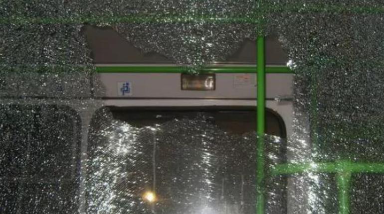 В Приозерском районе Ленинградской области полиция выясняют обстоятельства повреждения стекла у рейсового автобуса.