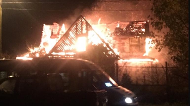 В Петергофе в ночь на воскресенье, 28 октября, загорелся старый деревянный дом. О пожаре пишут пользователи группы