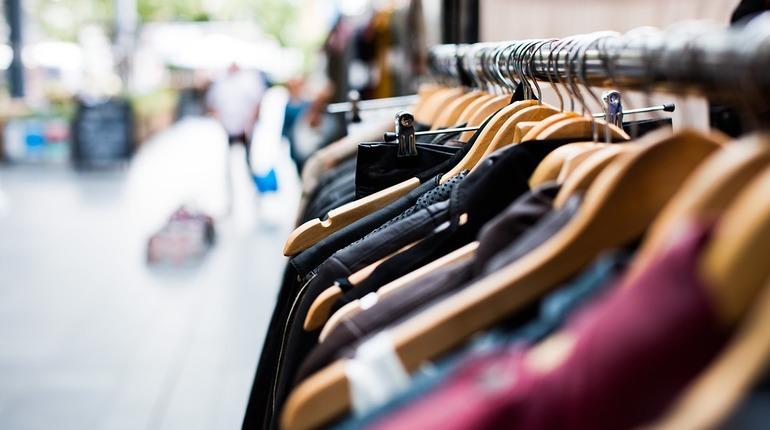 В Ленобласти владелец магазина одежды попался на торговле контрафактом. Бизнесмен торговал одеждой всемирно известных брендов по бросовой цене.