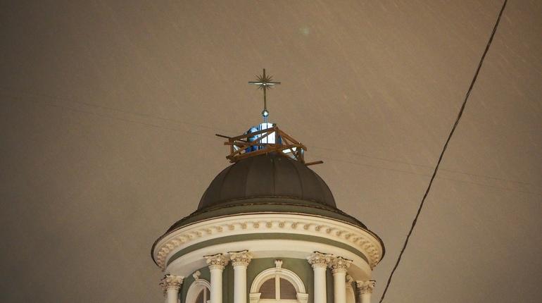 На лютеранскую церковь святой Анны на Кирочной улице в центре Петербурга в субботу, 27 октября, вернули крест. Деньги на него собирали всем миром.