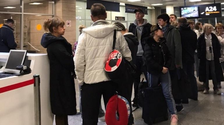 Петербуржцы, которые  рассчитывали еще 27 октября улететь на Пхукет, провели целую ночь в аэропорту Пулково. Самолет не улетел до сих пор. Пассажирам, между тем, ничего не объясняют.
