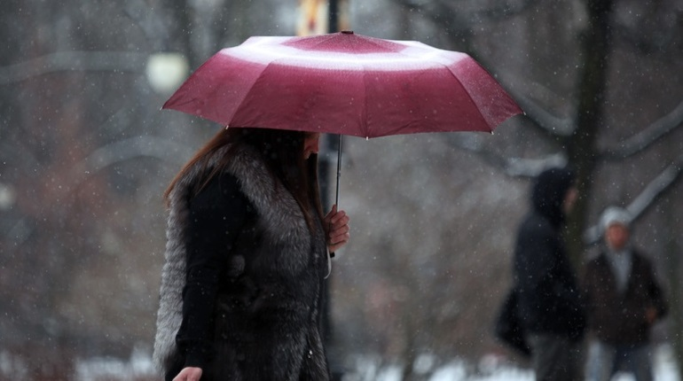 Снег и дождь: в Петербурге объявлен «желтый» уровень погодной опасности