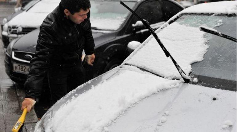 Жители Петербурга вынуждены мокнуть на улице, но не под дождем, а под мокрым снегом, который будет идти весь день и ночь. Ближе к вечеру температура воздуха может упасть до