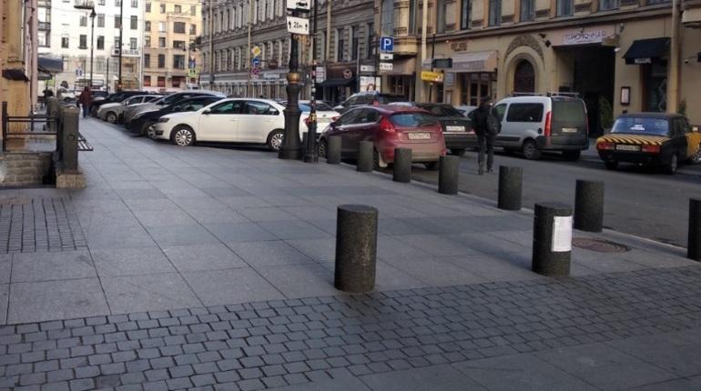Жителей улицы Рубинштейна заставляют освободить тротуары от тумб за свой счет