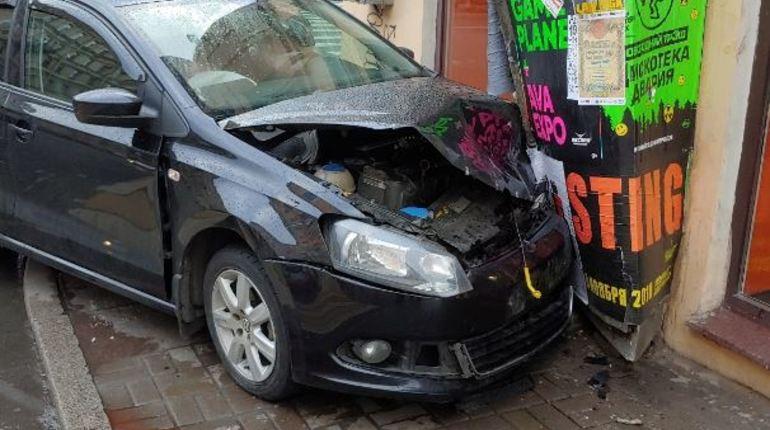 На перекрестке в Петербурге 28 октября произошло серьезное автомобильное столкновение, во время которого один из участников движение въехал прямо в дом, разбив передний бампер и капот.
