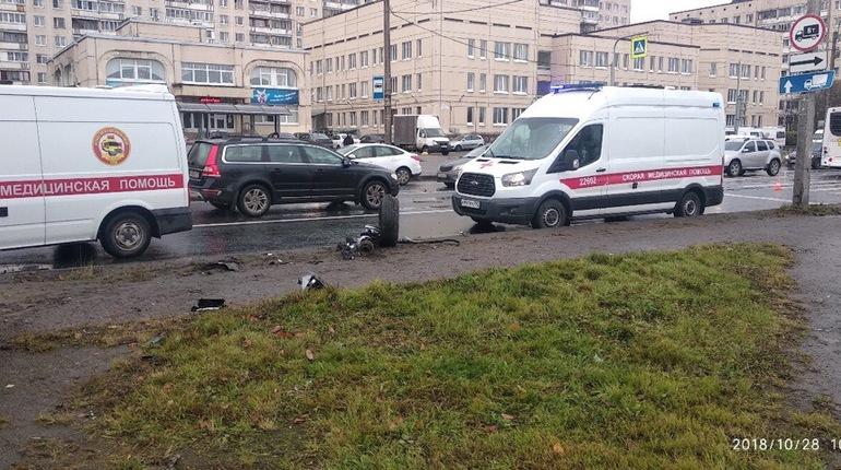 Сегодня днем в Петербурге произошла массовая авария на улице Коммуны, собравшая три машины скорой помощи и реанимацию. Один из автомобилей разбит вдребезги, а посреди дороге валяется вырванное колесо.
