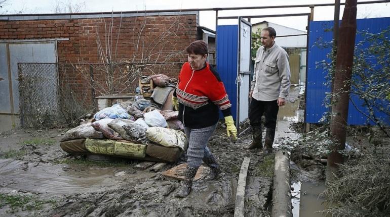 Пятый день после разрушительного наводнения Краснодарский край встречает запущенными поездами между Краснодаром и Адлером и вереницами машин с гуманитарной помощью и волонтерами, которые едут туда, куда сегодня уже можно добраться.