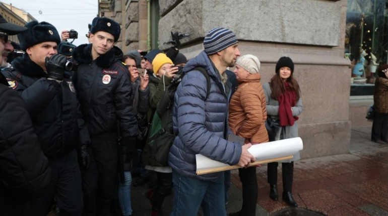 В центре Петербурга задержали участника одиночного пикета, который выступил в поддержку фигурантов дел  экстремистского сообщества