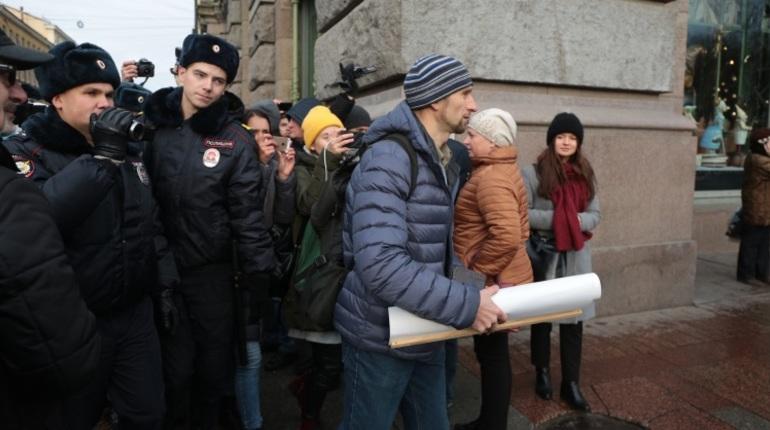 В Петербурге расчет число задержанных участников несанкционированного митинга. После того, как правоохранители взяли активистов в кольцо, их погрузили в автозак и повезли в отделение полиции.