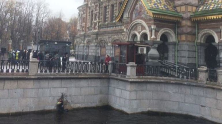 В сети следят за судьбой человека, упавшего в канал Грибоедова у Спаса на Крови в Петербурге. Многие отмечают, что сейчас не лето – вода очень холодная. Инцидент произошел вечером 28 октября.