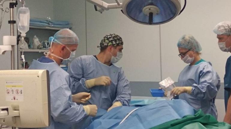 В Петербурге врачи Центра Алмазова помогли родить женщине, страдающей опухолью мозга. Малыш абсолютно здоров.